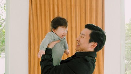 Pyong Lee posa com o filho e fala sobre aumentar a família: 'Já conversamos várias vezes sobre adoção'