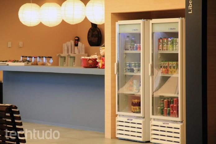 Nos bastidores, copas com cadeiras, mesas e geladeiras sempre abastecidas (Foto: Isadora Díaz/TechTudo)