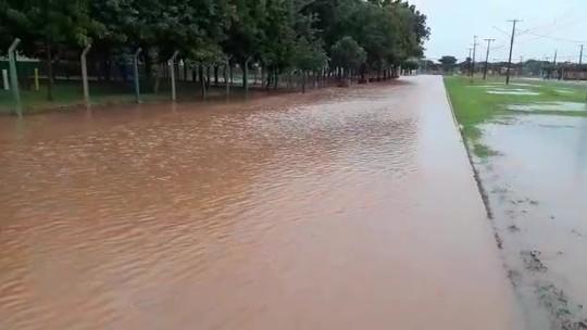 Após 30 minutos de chuva, ruas ficam alagadas e moradores não conseguem deixar casas em cidade de MT