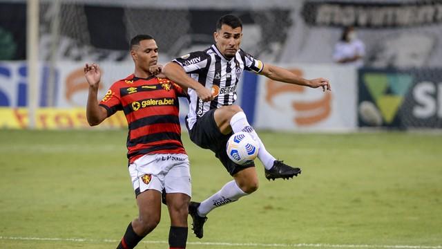 Junior Alonso disputa a bola na defesa do Atlético-MG