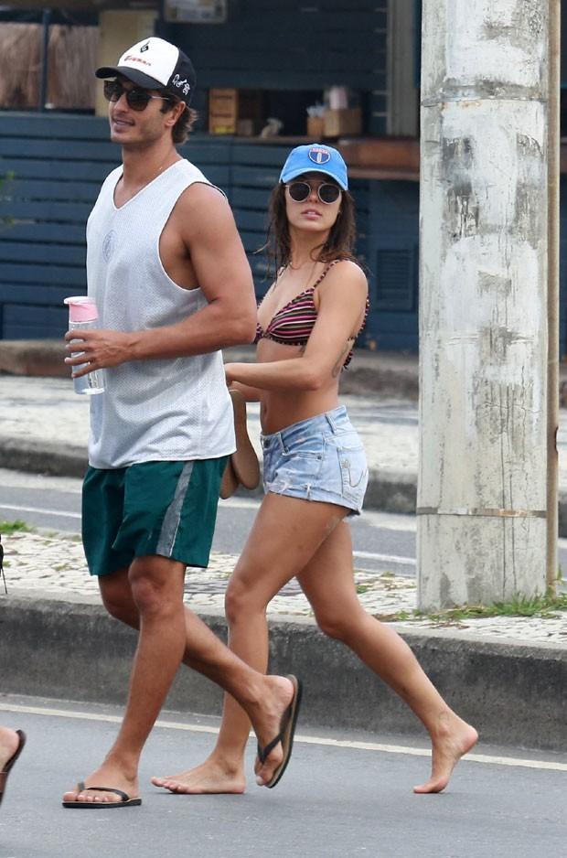 Isis Valverde curte praia com o namorado, André Resende (Foto: AgNews)