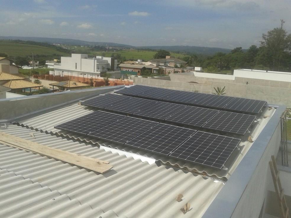 O modelo mais tradicional de instalação das placas solares é o aproveitamento dos telhados (Foto: Regiane Brisola Ferreira/Arquivo Pessoal)