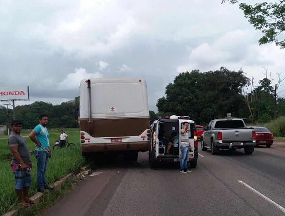 -  ônibus colide com ambulância no km 19 da rodovia BR-316  Foto: PRF