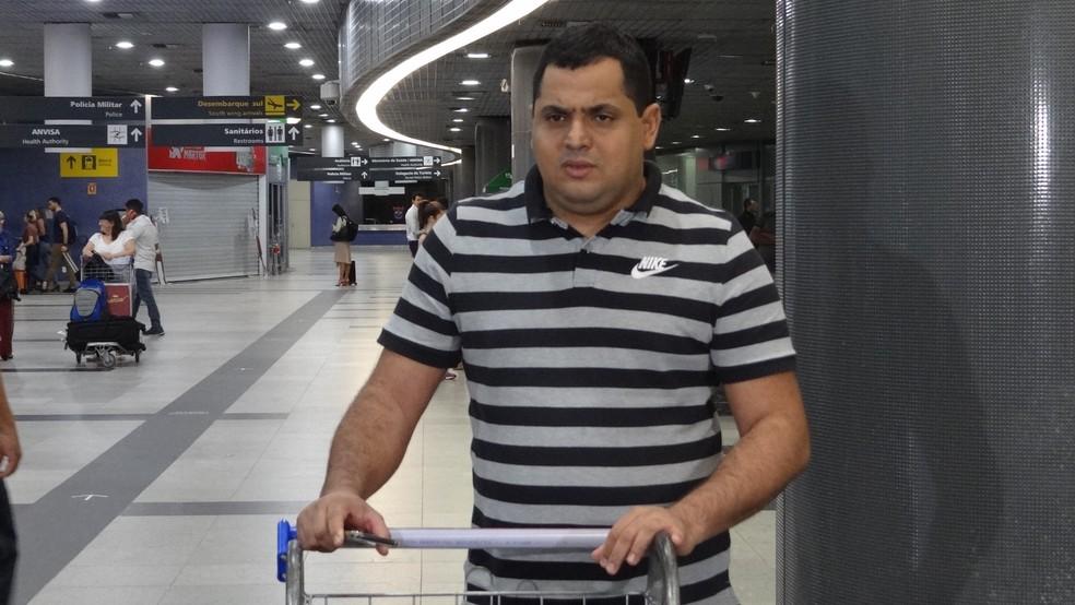 Keston Júnior chega ao Recife para iniciar trabalho pelo Santa Cruz  — Foto: Daniel Gomes