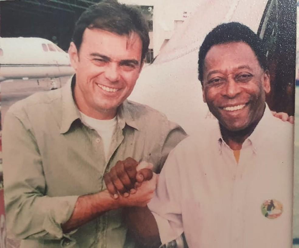 Tino Marcos e Pelé em uma das muitas entrevistas com o Rei — Foto: Arquivo Pessoal