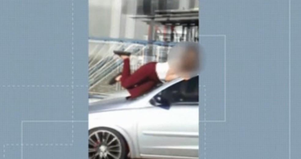 Mulher foi flagrada se segurando em cima do capô de um carro, em Francisco Beltrão; polícia investiga o caso  Foto: Reprodução/RPC