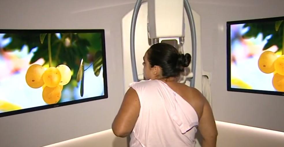 Paciente realiza mamografia: em Piracicaba, ainda há a dificuldade para preencher vagas deste tipo de exame — Foto: Reprodução/ EPTV