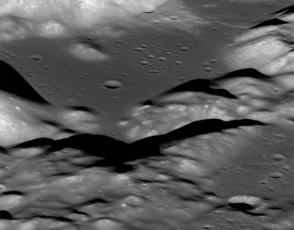 Esta é uma visão do vale Taurus-Littrow tomada pela sonda Lunar Reconnaissance Orbiter da NASA. O vale foi explorado em 1972 pelos astronautas da missão Apollo 17, Eugene Cernan e Harrison Schmitt. Eles tiveram que ziguezaguear sua sonda lunar para cima e sobre a face do penhasco da falha de Lee-Lincoln que corta esse vale. — Foto: NASA/GSFC/Arizona State University