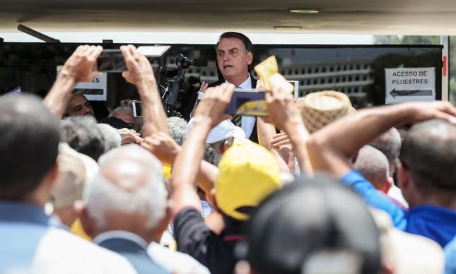 Bolsonaro discursa para garimpeiros na porta do Planalto