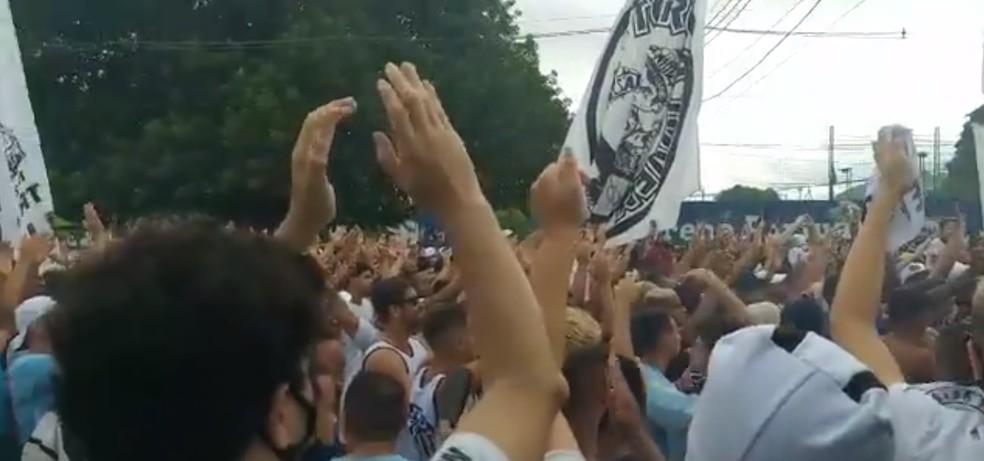 Torcedores do Santos aglomeraram em frente ao CT — Foto: Reprodução