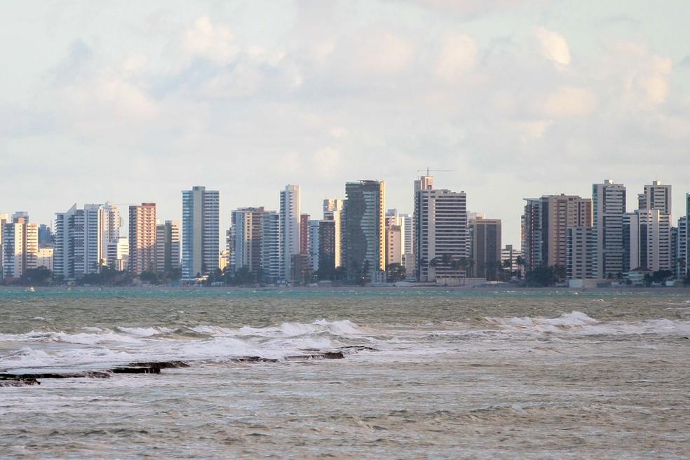 Vista da Praia de Boa Viagem, na Zona Sul do Recife, evidencia proximidade de prédios e mar — Foto: Marlon Costa/Pernambuco Press