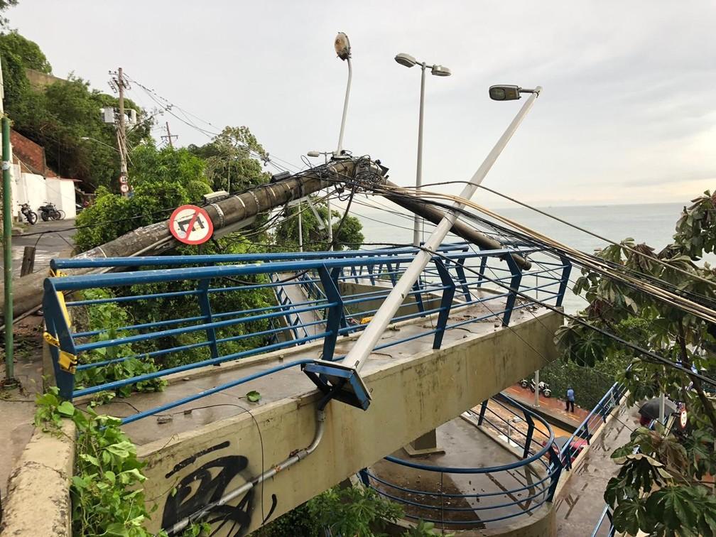 Postes caídos na Chácara do Céu — Foto: Ricardo Abreu/GloboNews