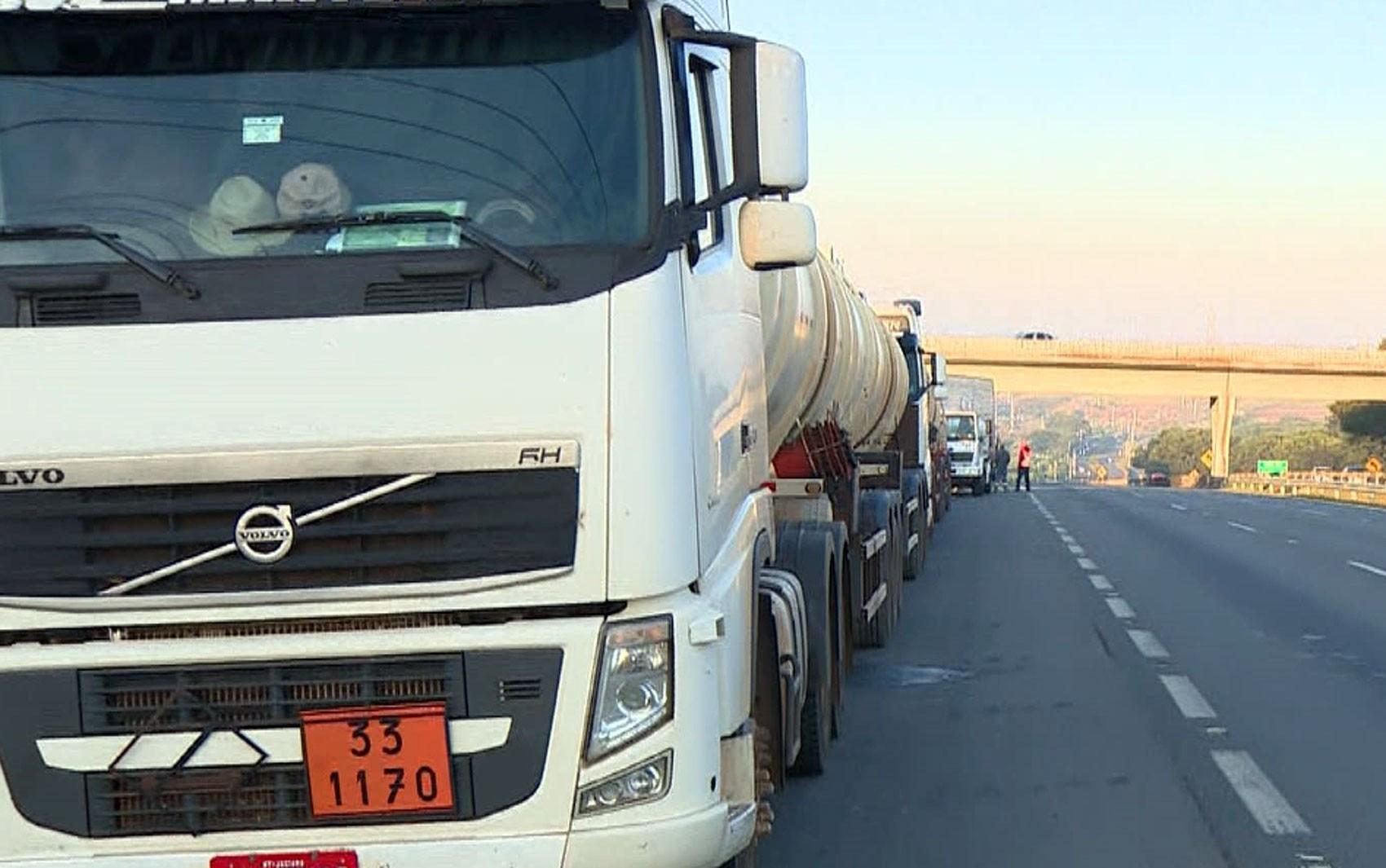 Caminhoneiros fazem protesto contra preço do diesel na Replan, em Paulínia