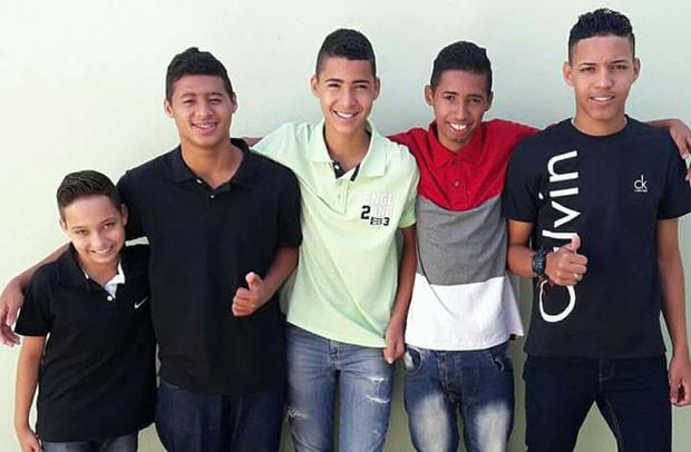 Os cinco meninos: Pedro, Daniel, João, Carlos e Leonardo (Foto: Reprodução Facebook)