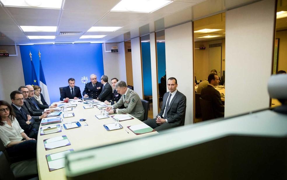 -  O presidente francês Emmanuel Macron participa de reunião como parte da operação conjunta de ataque aéreo britânico, francês e norte-americano  Foto: