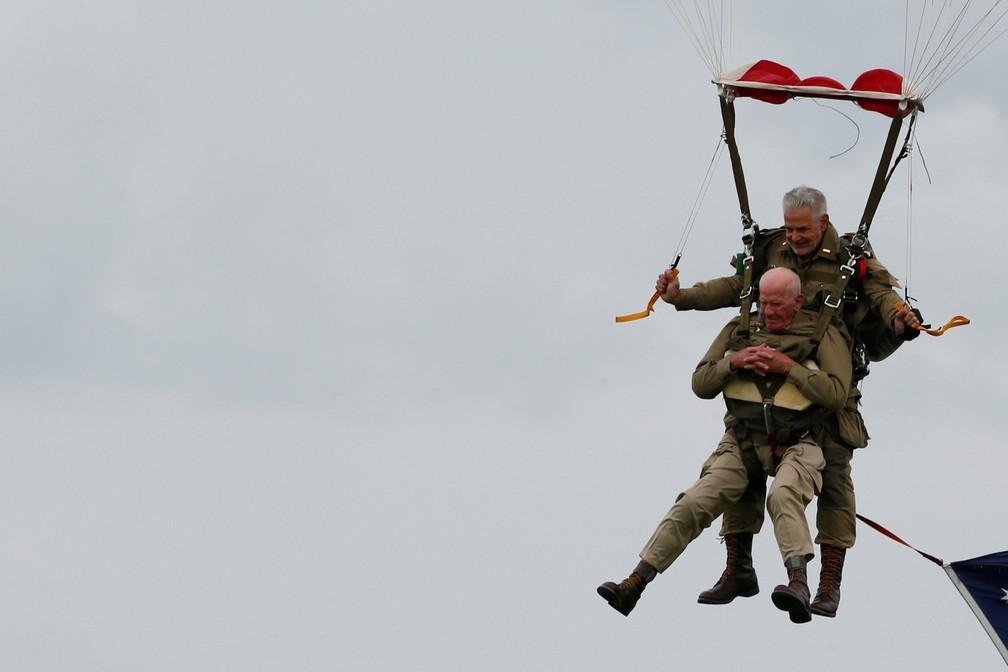 Tom Rice, 97, que serviu na Aeronáutica, faz um salto de paraquedas comemorativo na costa da Normandia nesta quarta-feira (5). — Foto: Pascal Rossignol/Reuters