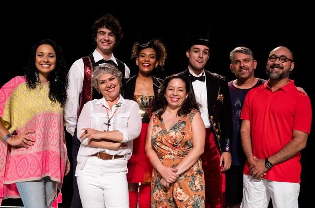 Sônia de Paula e o restante do elenco da peça 'Caixa mágica de primeiros socorros' (Foto: Divulgação/ Roberto Cardoso Jr.)