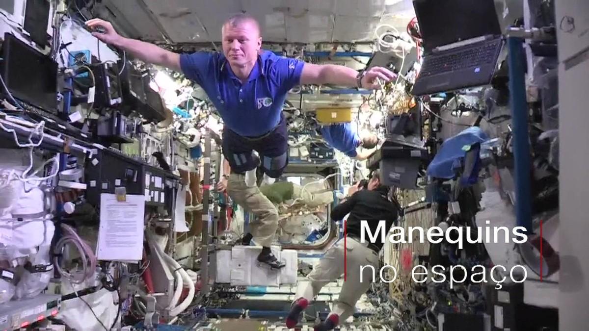Astronautas flutuam em 'desafio do manequim' espacial
