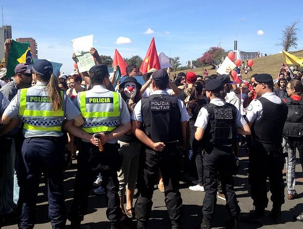 protesto estudantes direção estádio Mané Garrincha (Foto: Gustavo Poli)