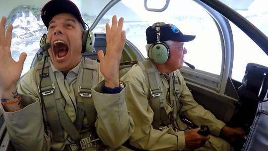 Otaviano Costa comenta experiência de voar na Esquadrilha da Fumaça