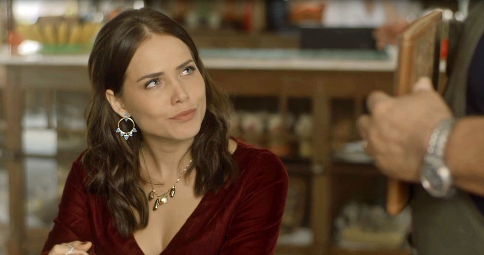 Rosa aparece linda e elegante no restaurante de Cacau (Foto: TV Globo)