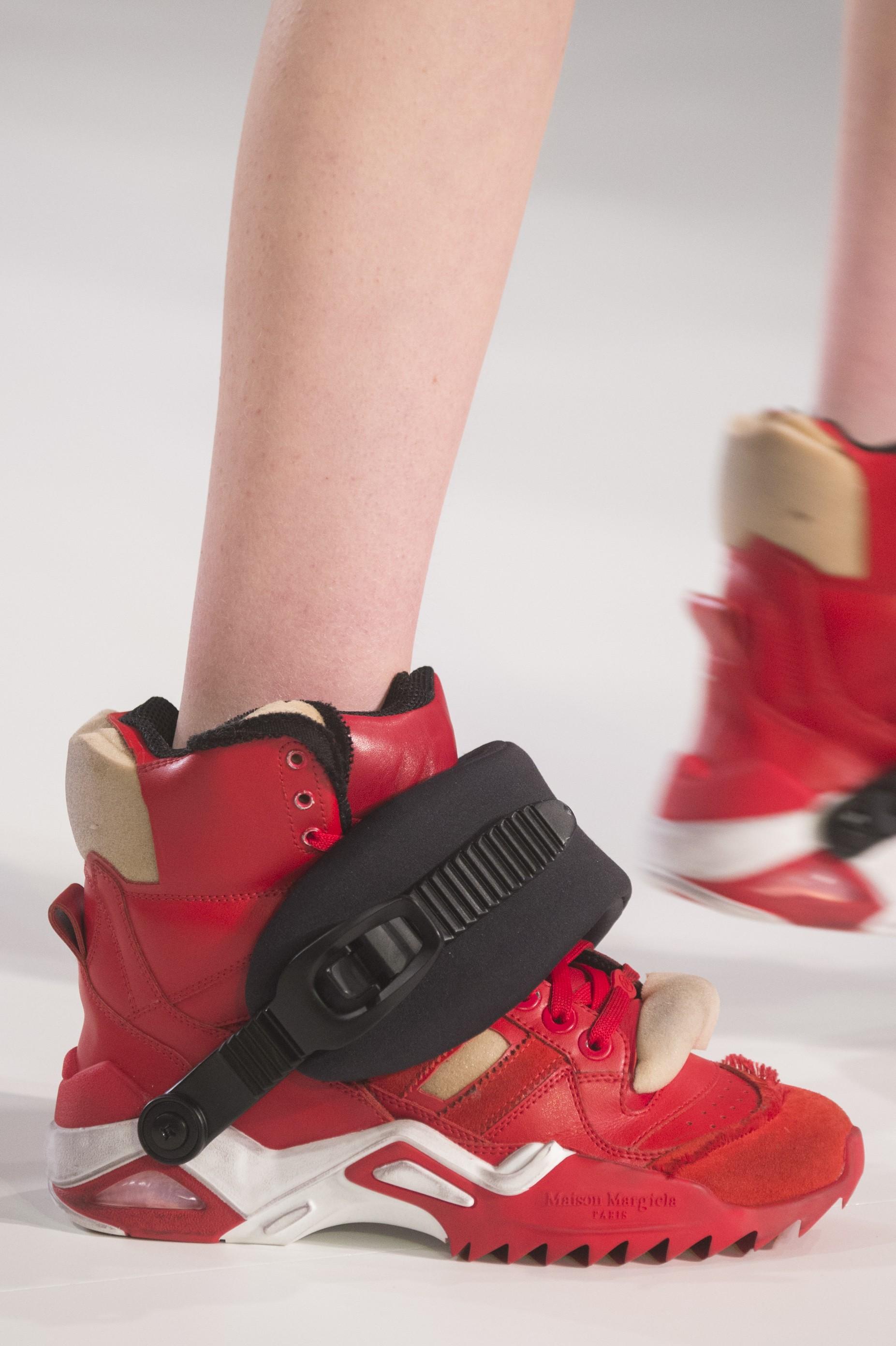 """BONITO LHE PARECE: o """"ugly shoe"""" na Maison Margiela (Foto: ImaxTree, Antonio Barros e Reprodução)"""
