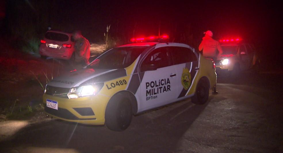 Homens foram mortos na entrada do antigo Aterro do Caximba — Foto: Tony Mattoso/RPC Curitiba