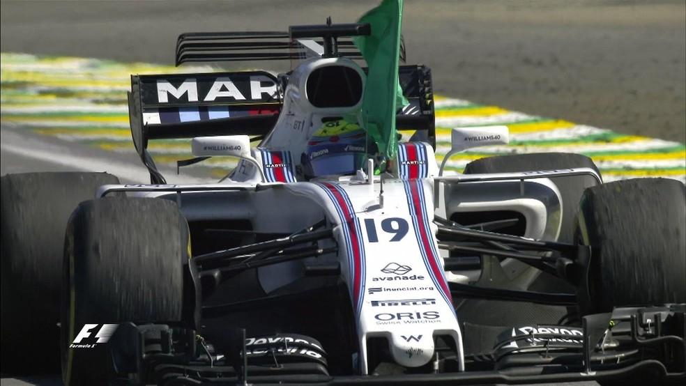 Felipe Massa desfila com bandeira após GP do Brasil (Foto: Reprodução)