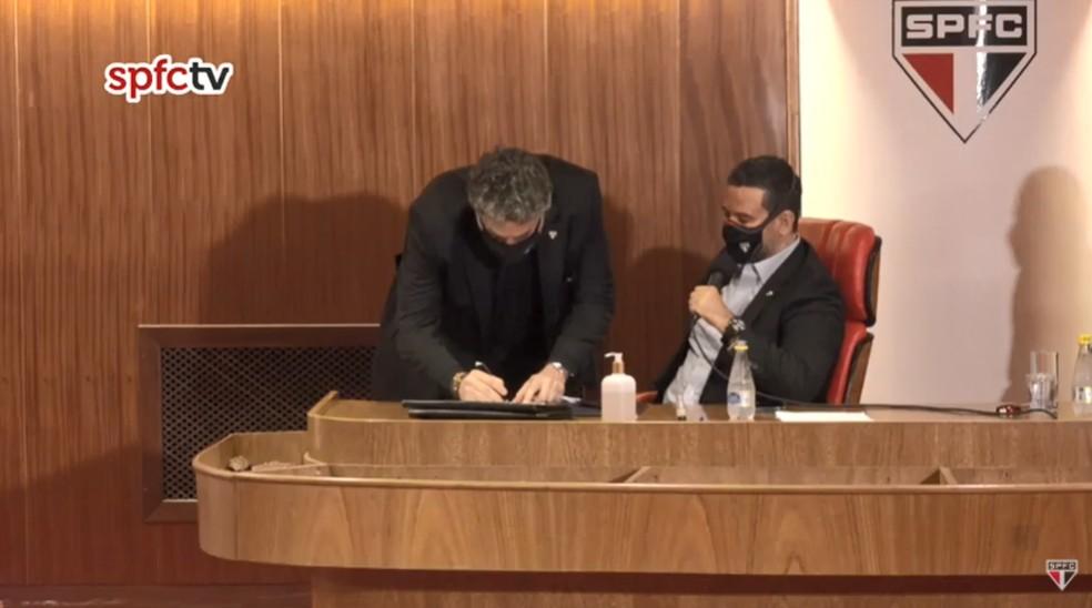 Julio Casares assina livro de posse do São Paulo — Foto: Reprodução