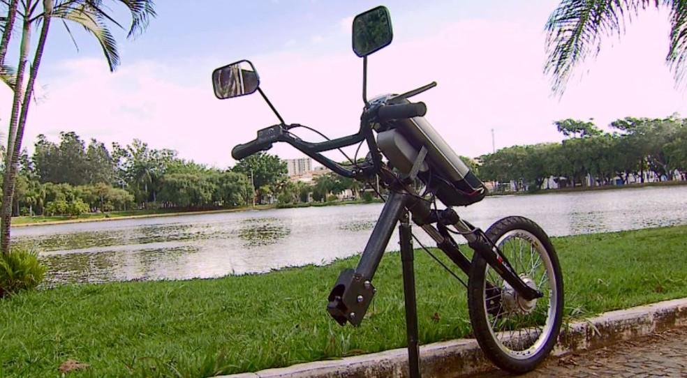Empresário de Araras cria kit que transforma cadeira de rodas em triciclo elétrico — Foto: Ely Venâncio/EPTV
