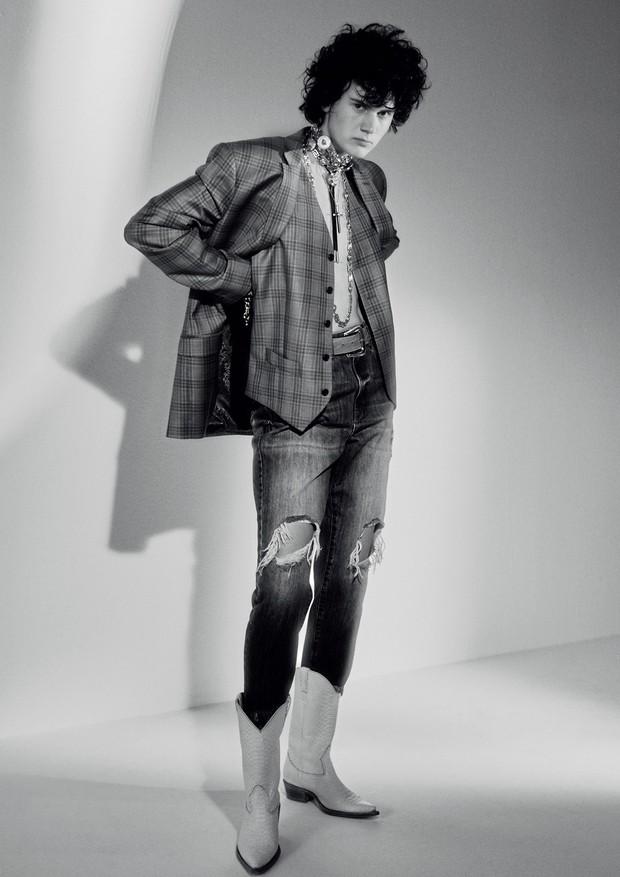 Blazer e colete, R$ 4.891 (o terno completo), Ricardo Almeida; calça, R$ 329, Lez a Lez. Colares, a partir de R$ 1.400, e pulseiras, R$ 4.570 cada, tudo Versace. (Foto:  Rafael Pavarotti)