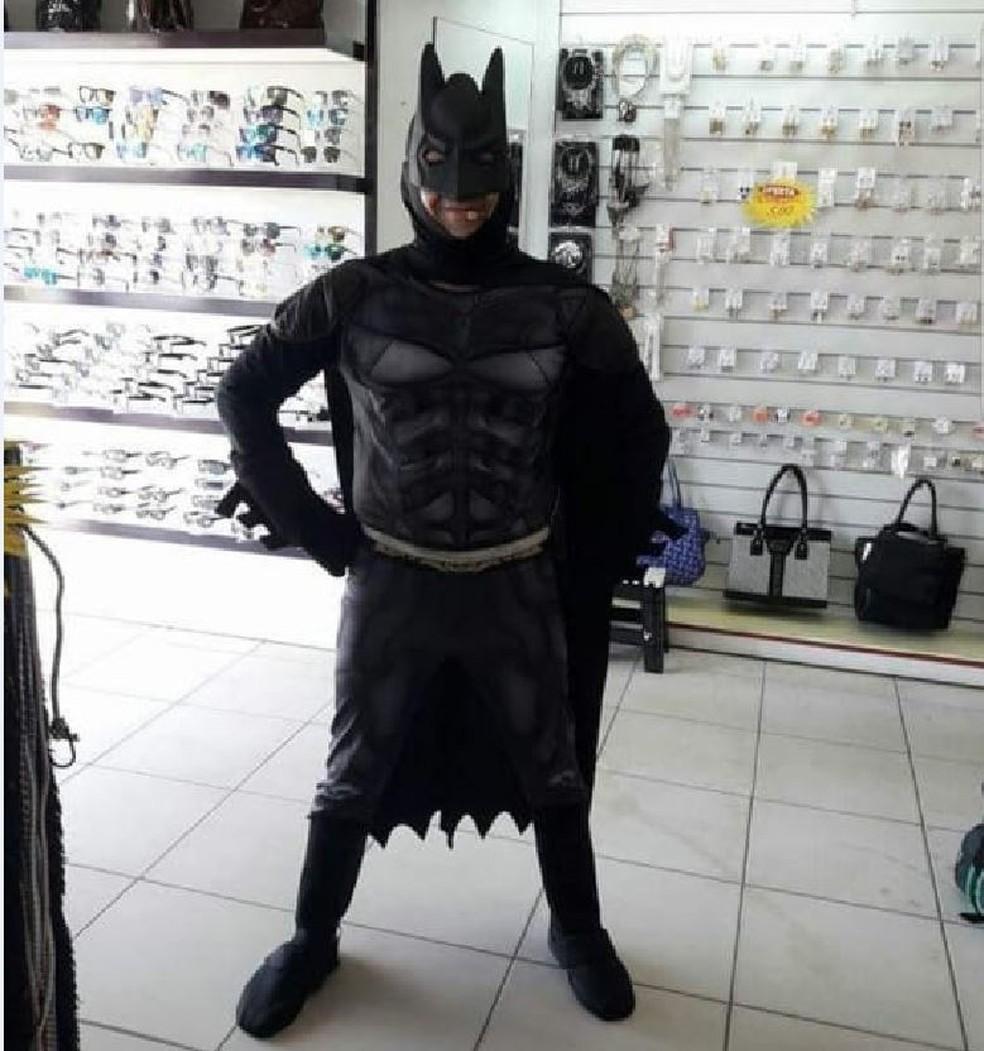 Homem era conhecido por se vestir de Batman e fazer propagandas para lojas em Rio Branco — Foto: Arquivo pessoal
