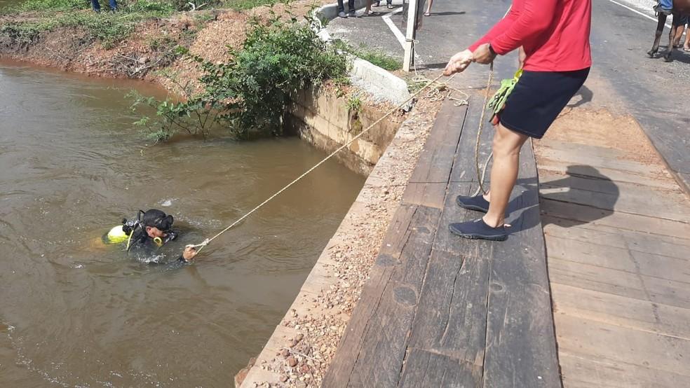 Bombeiros fazem buscas por jovem que caiu em rio após sofrer acidente de moto sobre ponte, em Piripiri — Foto: Corpo de Bombeiros