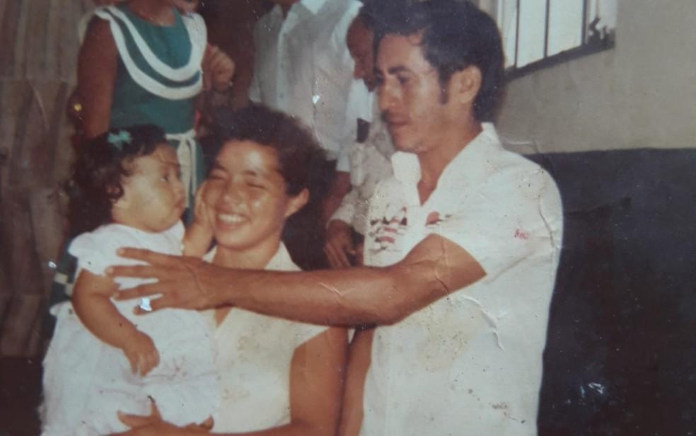Fabíola Bezerra Gomes com a mãe e o pai antes de ele desaparecer — Foto: Fabíola Bezerra Gomes/Arquivo Pessoal