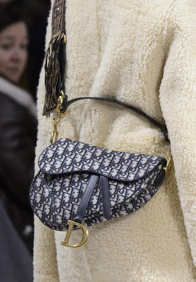 Maria Grazia Chiuri trouxe a Saddle bag de volta à passarela no desfile de inverno 2019 da grife (Foto: Imaxtree)