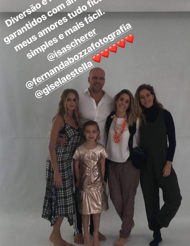 Xuxa faz fotos com as filhas (Foto: Reprodução)