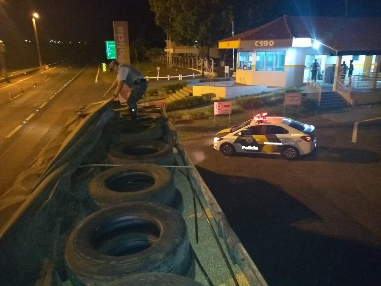 Polícia Rodoviária apreende carga de pneus contrabandeados em Assis - Notícias - Plantão Diário