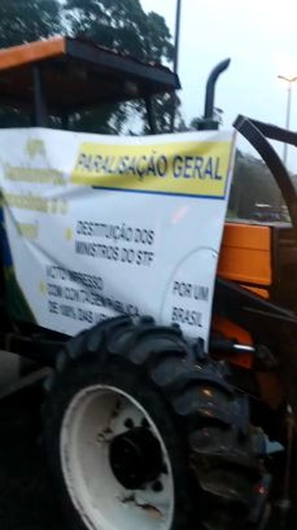 Garuva, por volta das 6h30 de terça-feira:  Trator com faixa em ponto de bloqueio na rodovia federal — Foto: Paulo César/ Divulgação
