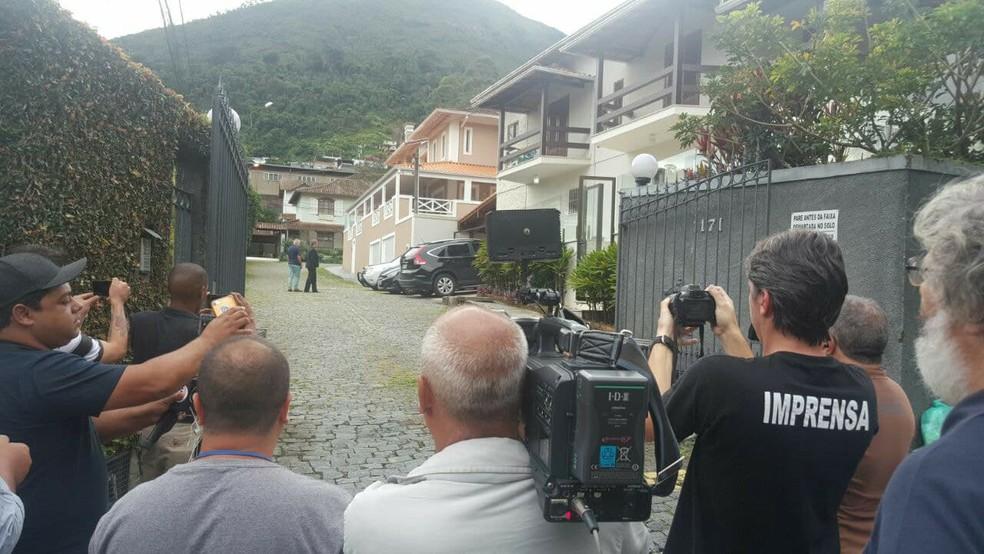 Vereador Paulo Igor foi preso dentro de casa, em petrópolis, no RJ (Foto: Alyssa Gomes/Inter TV)
