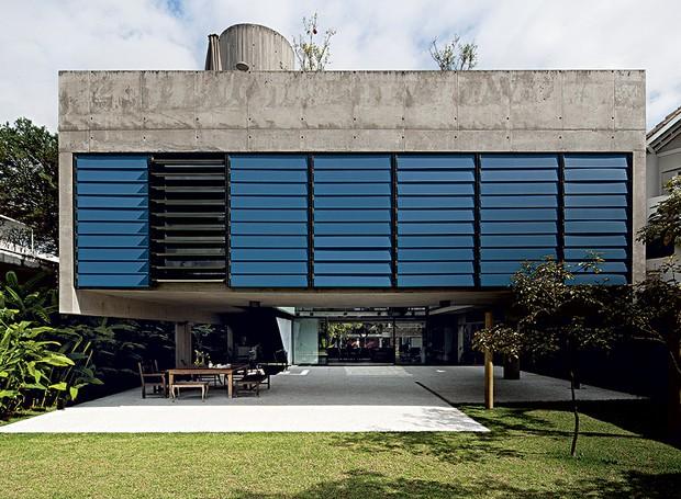 Imponente entre as casas de City Boaçava, em São Paulo, a caixa de concreto aparente de 300 m² dá a impressão de flutuar, suspensa por quatro pilares. O projeto premiado é do escritório MMBB (Foto: Maíra Acayaba / Casa e Jardim)