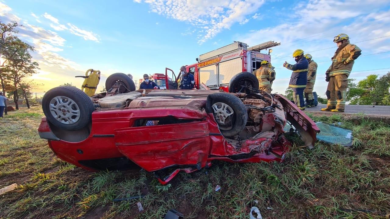 Carro capota e para em cima de motorista arremessado do veículo, em acidente no DF