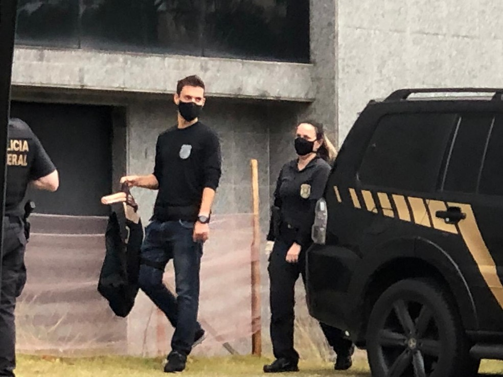 Policiais retornam à sede da PF de SP com malotes  — Foto: Vinicius Godoy/TV Globo