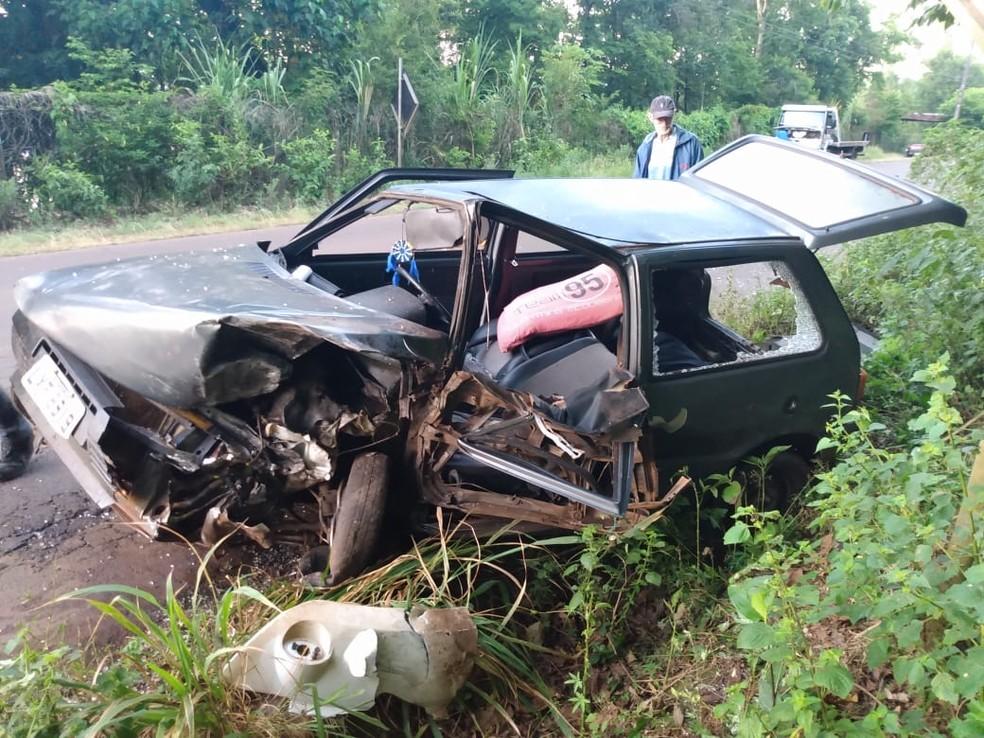 Carro ficou destruído após colisão com caminhão na SC-283 — Foto: PMRv/Divulgação