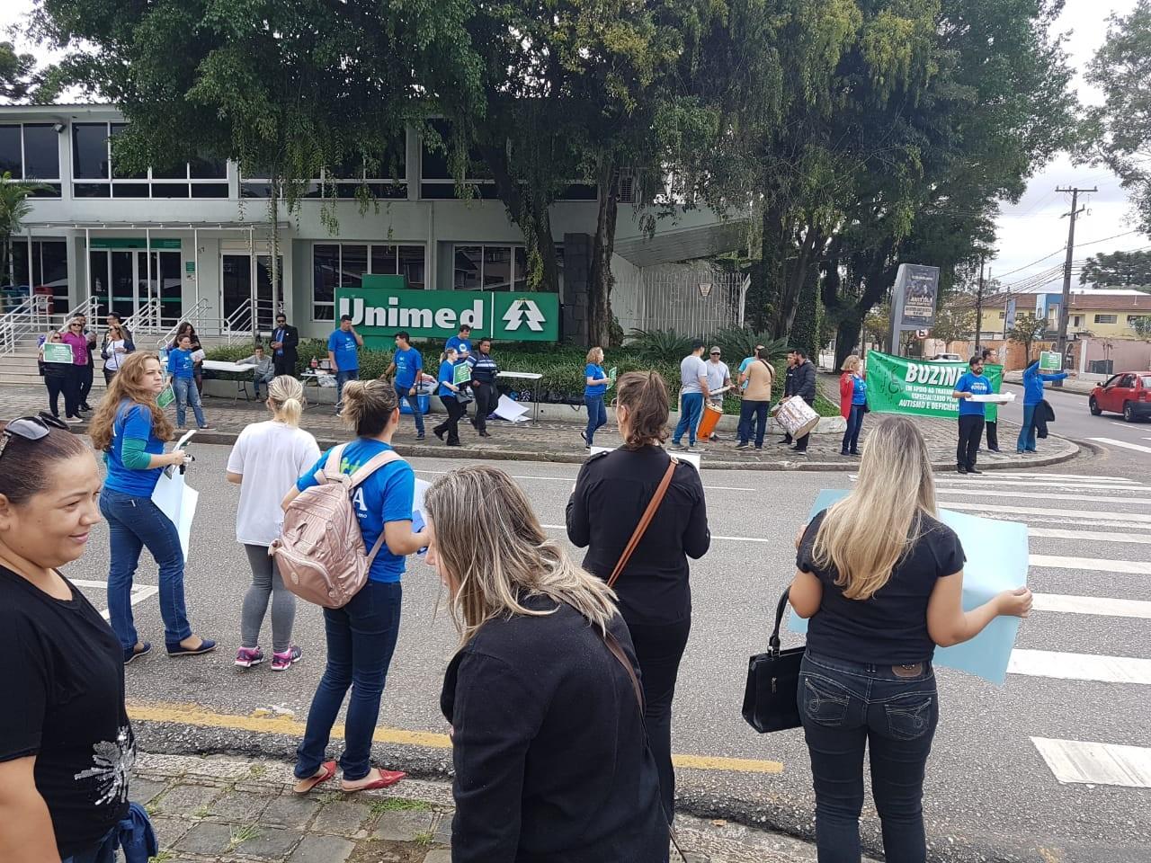 Pais de filhos com necessidades especiais fazem protesto em Curitiba contra mudança em plano de saúde