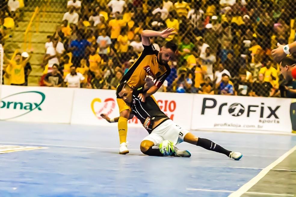 Rodrigo disputa a bola com Douglas Nunes num dos clássicos entre Sorocaba e Corinthians — Foto: Yuri Gomes/Elite Comunicação