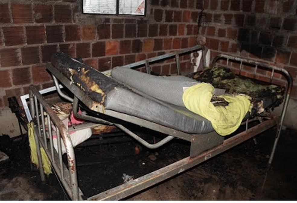 Idosas ficaram gravemente feridas após incêndio na casa onde elas moram, em Caruaru — Foto: Blog do Adielson Galvão/Divulgação
