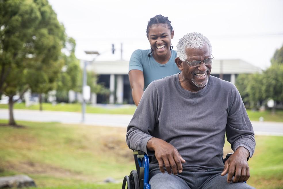 Regulamentação da profissão de cuidador de idosos deve aumentar preparo e qualidade — Foto: Getty Images