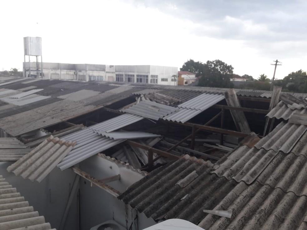 Chuva intensa destelha parte do Hospital João Paulo II na tarde de terça-feira (9).  — Foto: Reprodução/Arquivo pessoal