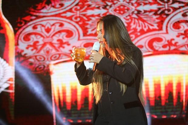 Simone pede um gole da bebida dos músicos (Foto: Daniel Pinheiro/AgNews)