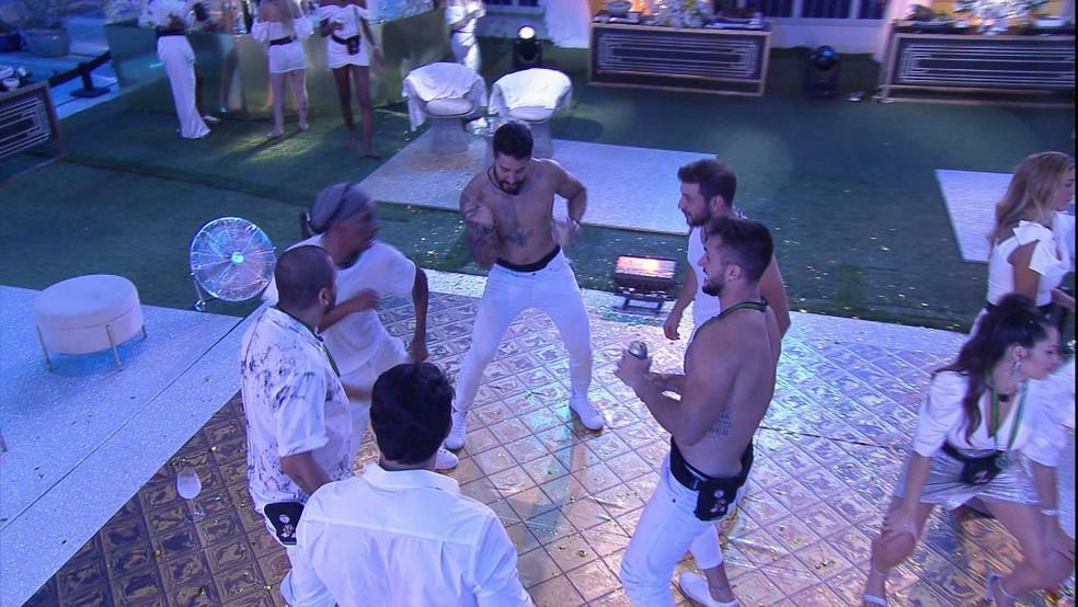 Lucas Penteado ensina passos para brothers: 'Tem que rebolar' — Foto: Minuto a Minuto - BBB